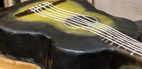 Eine Monster Gitarren-Torte backen