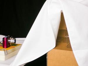 Normaler Pappkarton, als Erhöhung für den Hintergrundstoff (Tischdecke)