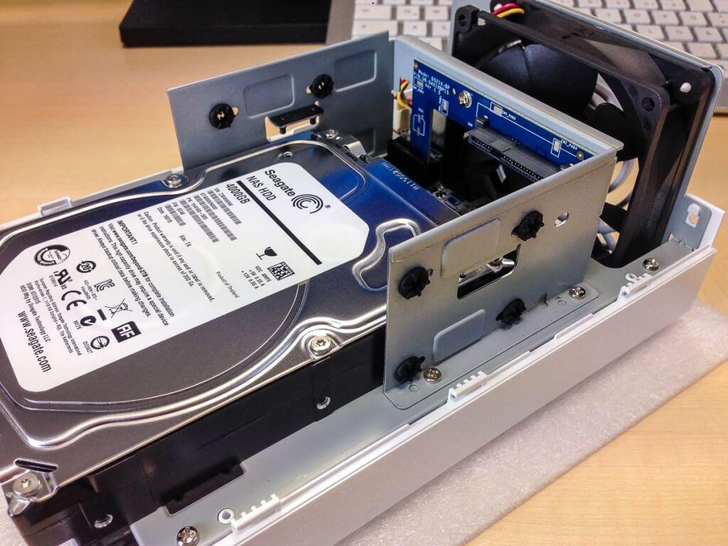 Festplatte in die Diskstation einschieben
