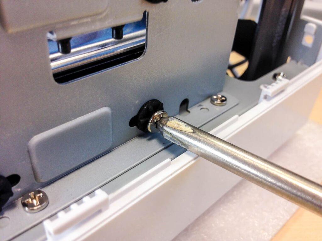 Festplatten in der DS216j festschrauben